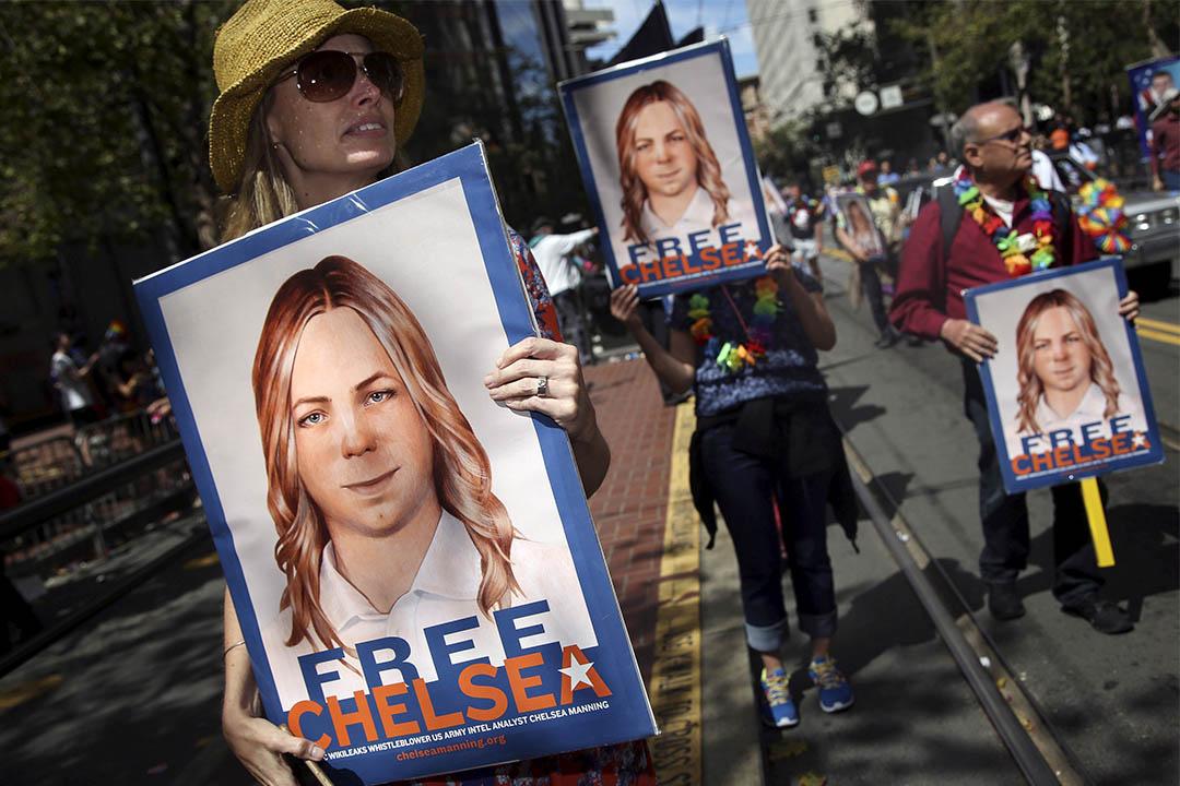 2015年6月28日,加利福尼亞有人們舉牌要求釋放維基解密告密者Chelsea Manning。