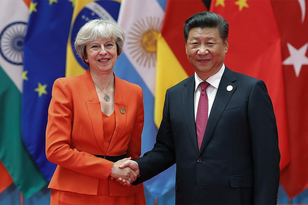 中國國家主席習近平與英國首相文翠珊握手。
