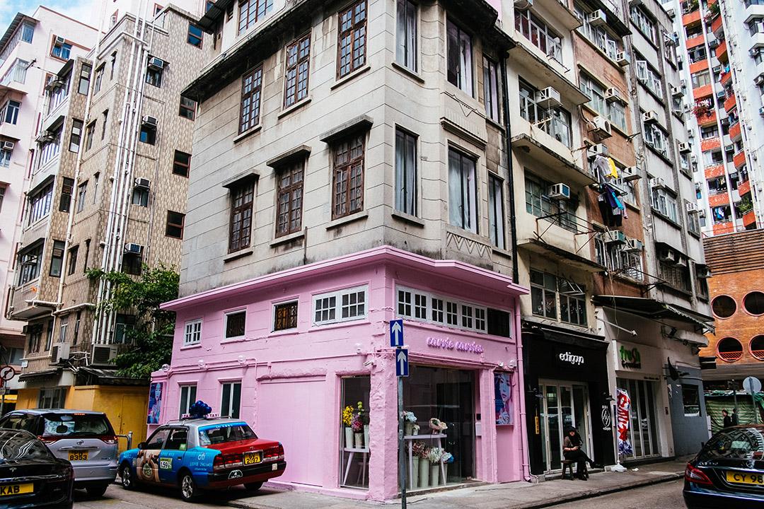 建於一九三三年被列為三級歷史建築的大坑第二巷四號唐樓,地舖外牆被漆上粉紅色。