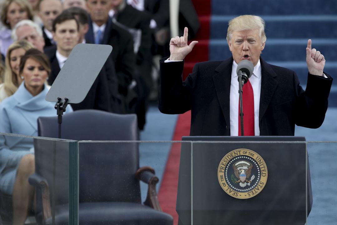 特朗普宣誓就職,成為美國第45任總統。他在就職演說中強調反對建制,重申「美國優先」的主張。在總結時,呼特朗普再次講出他競選時的口號「Make America Great Again」 。攝:Alex Wong/Getty Images
