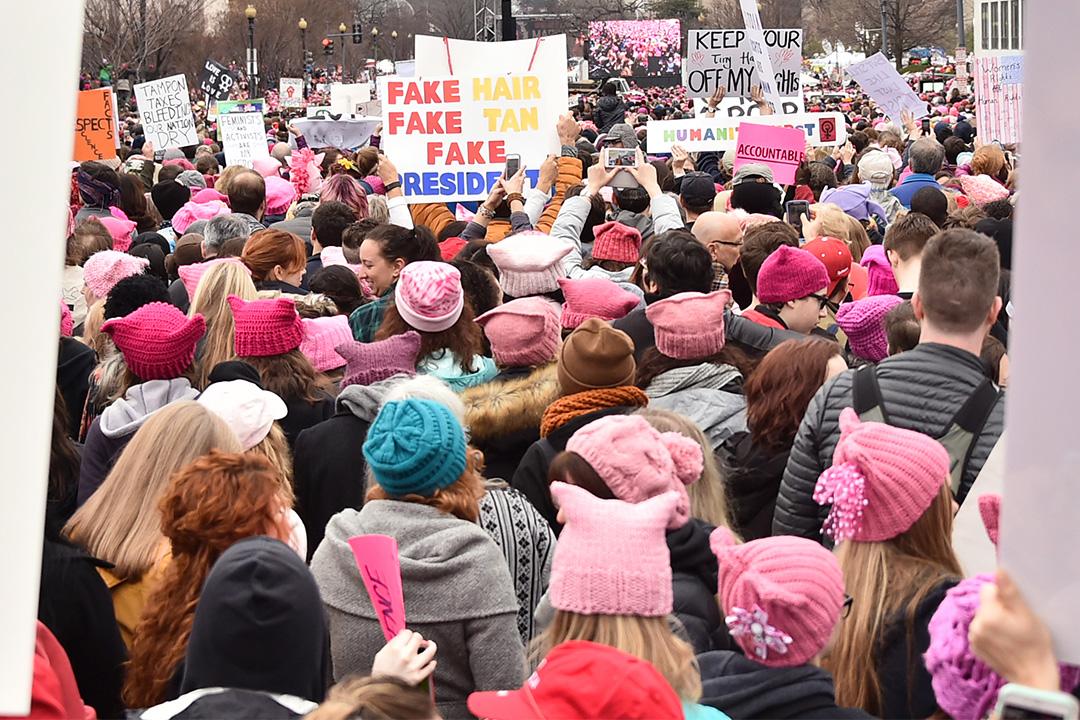 群眾戴上「粉紅貓耳帽」諷刺及抗議特朗普過去歧視女性的言行。