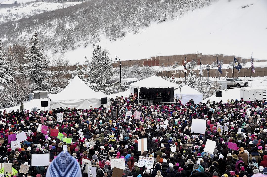 在美國猶他州帕克城,亦有群眾在寒冷天氣下參與示威。
