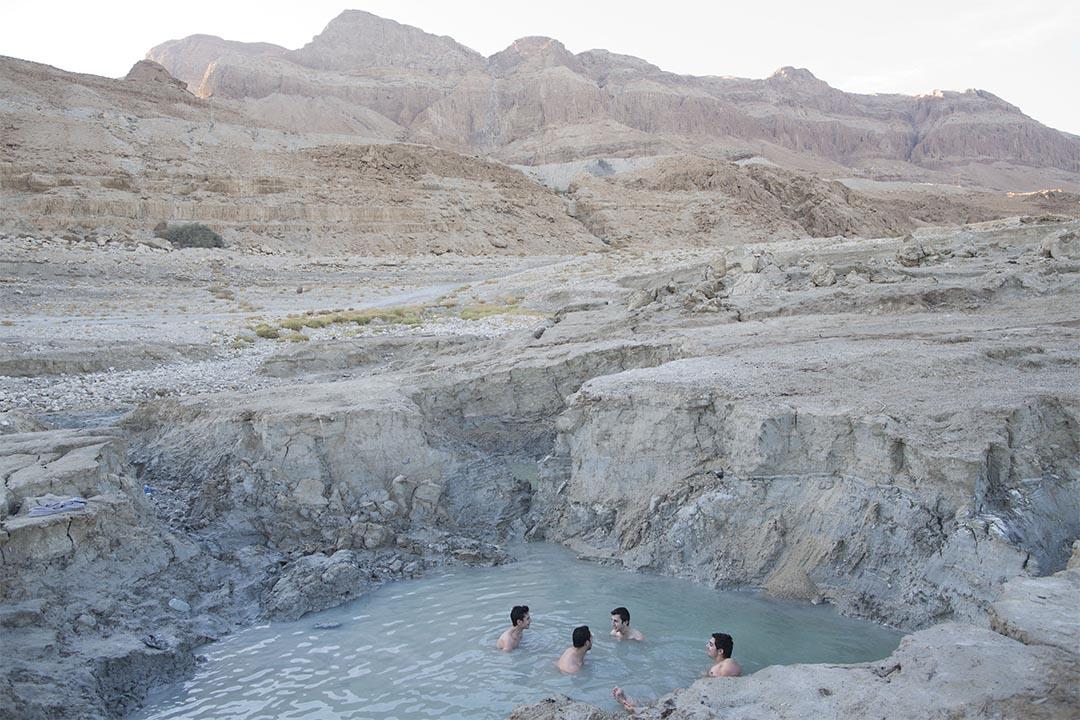 2017年1月1日,幾個以色列人在死海旁浸溫泉。