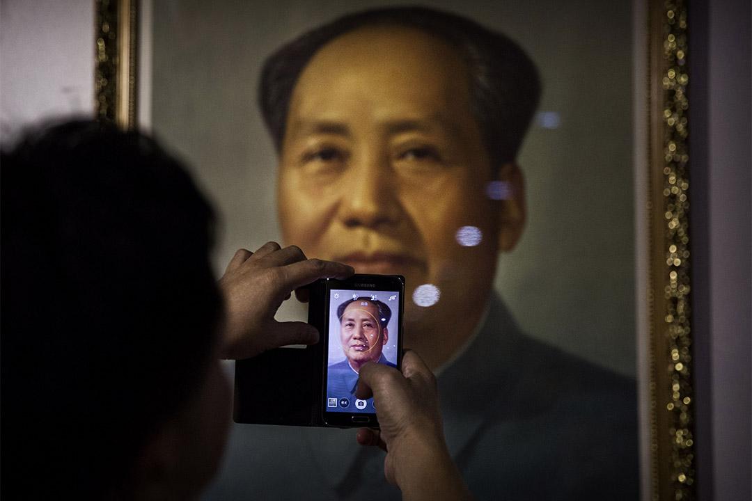 2014年9月19日,一個人在毛澤東肖像前拍照。