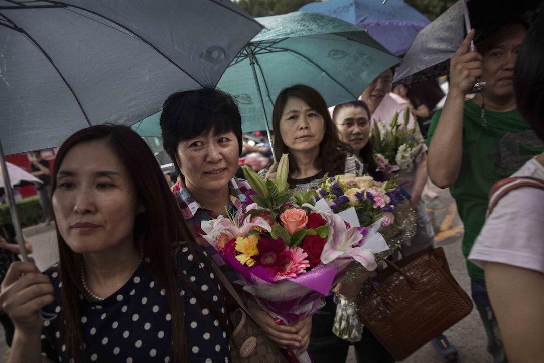 中國北京一所高中外,母親們在門外等待他們的孩子完成高考。