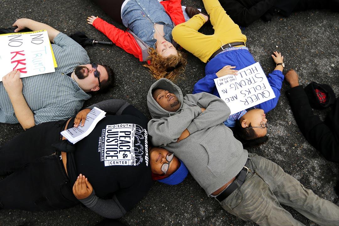 2017年1月16日,美國田納西州孟菲斯, 數百名遊行人士參與紀念黑人民權領袖馬丁路偶德金遊行後,睡在當年馬丁路德金被暗殺的現場,用以紀念該名黑人人民權領袖。