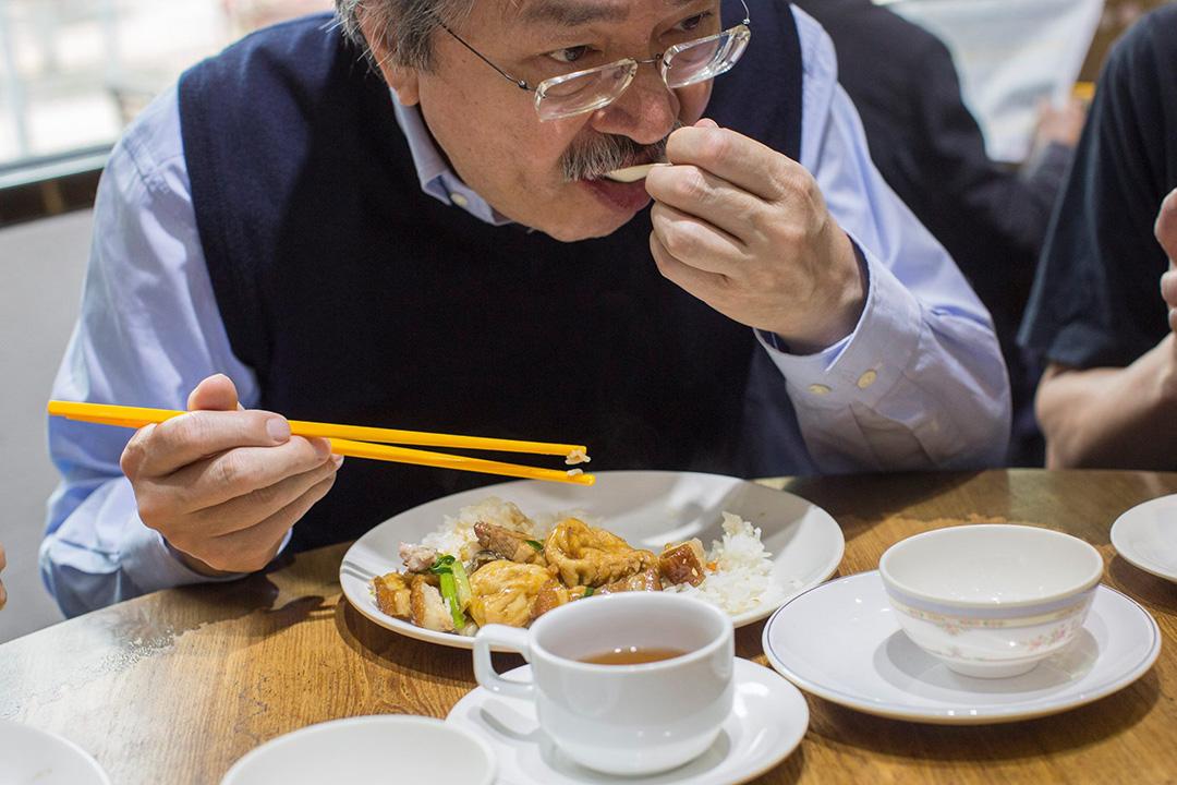 1月15日,曾俊華走進黃大仙屋邨,瞭解基層居民生活。在邨內街坊餐廳吃豆腐火腩飯。