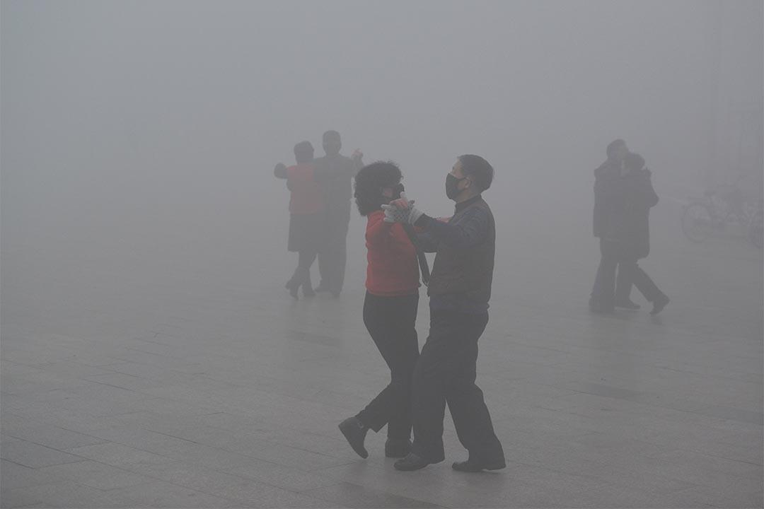2017年1月3日,中國安徵,人們戴著口罩在廣場跳舞。