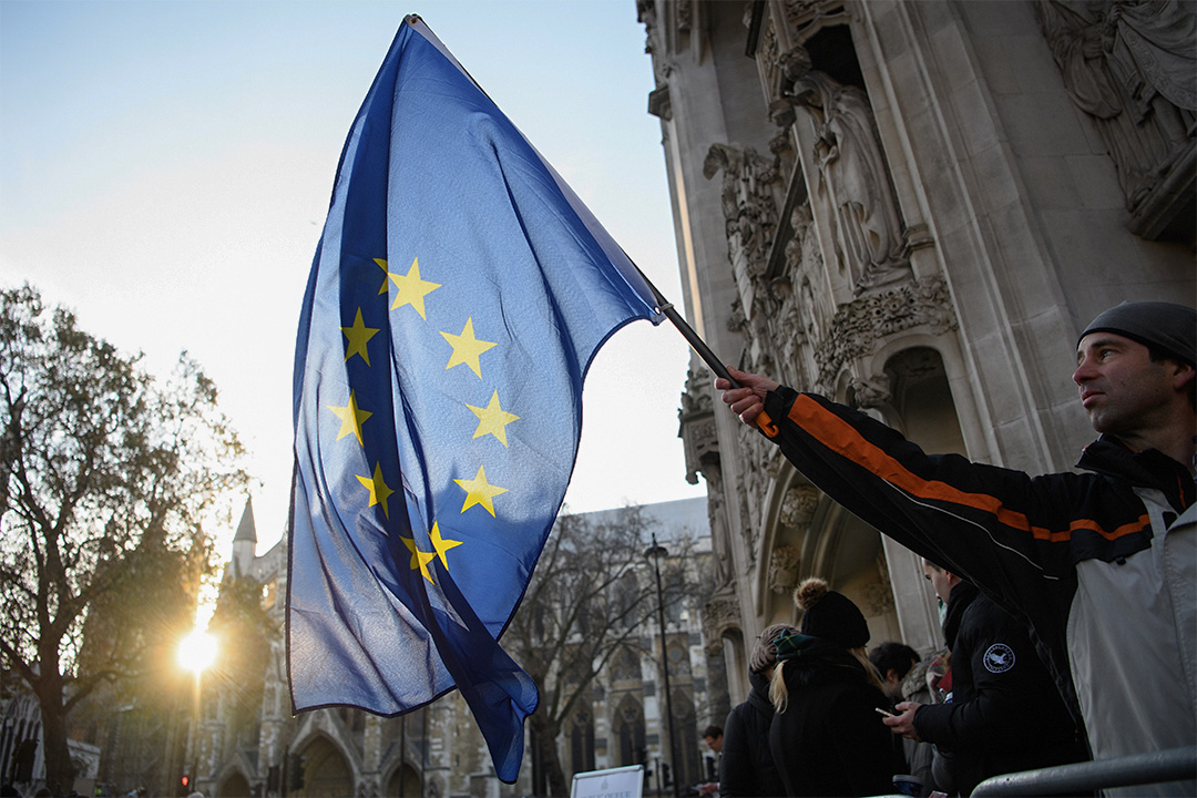 英國最高法院會在香港時間今天黃昏6點半宣判有關結果。圖為2016年12月5日,有人於最高法院門外揮動歐洲旗。