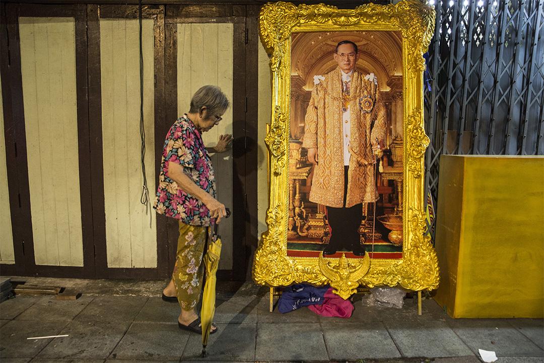 泰國曼谷一名老人在泰王哇集拉隆功(Vajiralongkorn)的畫像前走過。