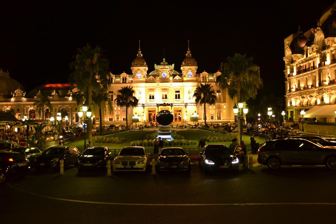 入夜的摩納哥蒙特卡洛賭場。