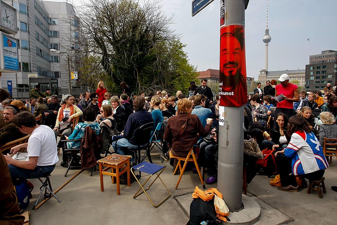 2011年4月17日,在德国柏林中国大使馆前,有不少人抗议中国政府逮捕艺术家艾未未。