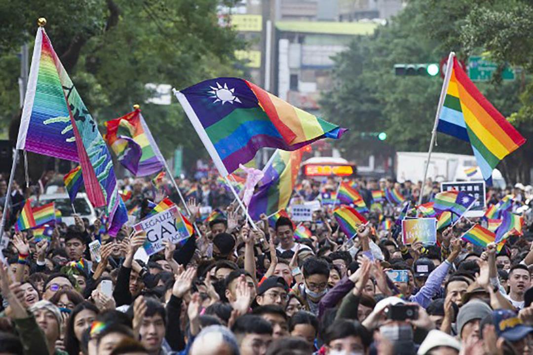 11月28日,公聽會場外集結許多挺同人士,高舉旗標語表達訴求。