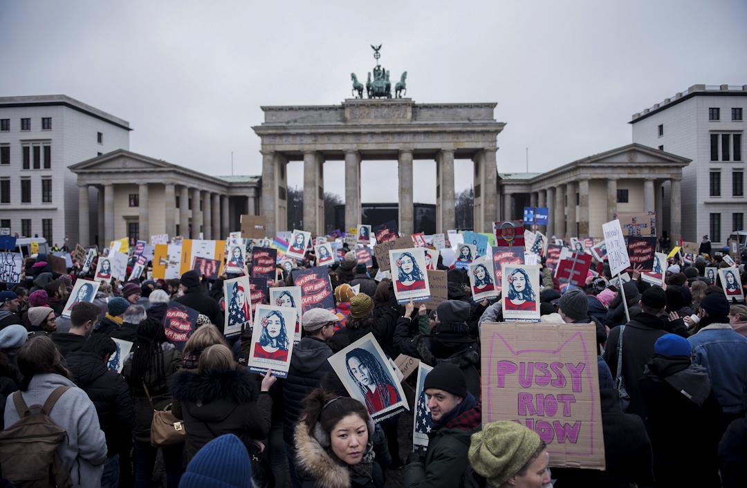 在德國柏林,人們在布蘭登堡門前面聚集抗議。