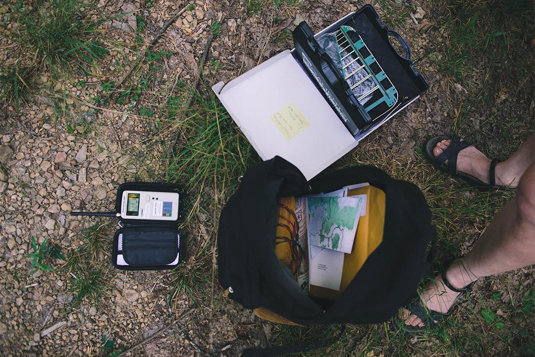 Catherine 走到哪裡隨身攜帶兩個信號探測表和一個電壓表(包裡被電線纏起的黃色部分)。