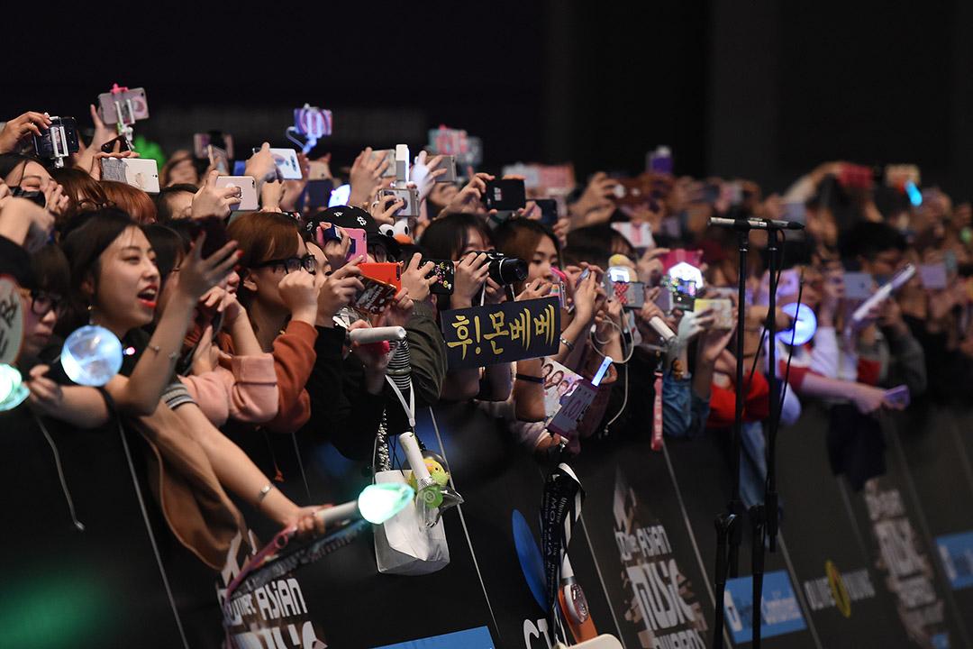 2016 Mnet亞洲音樂獎,紅毯上擠滿等待一睹偶像風采的歌迷們。