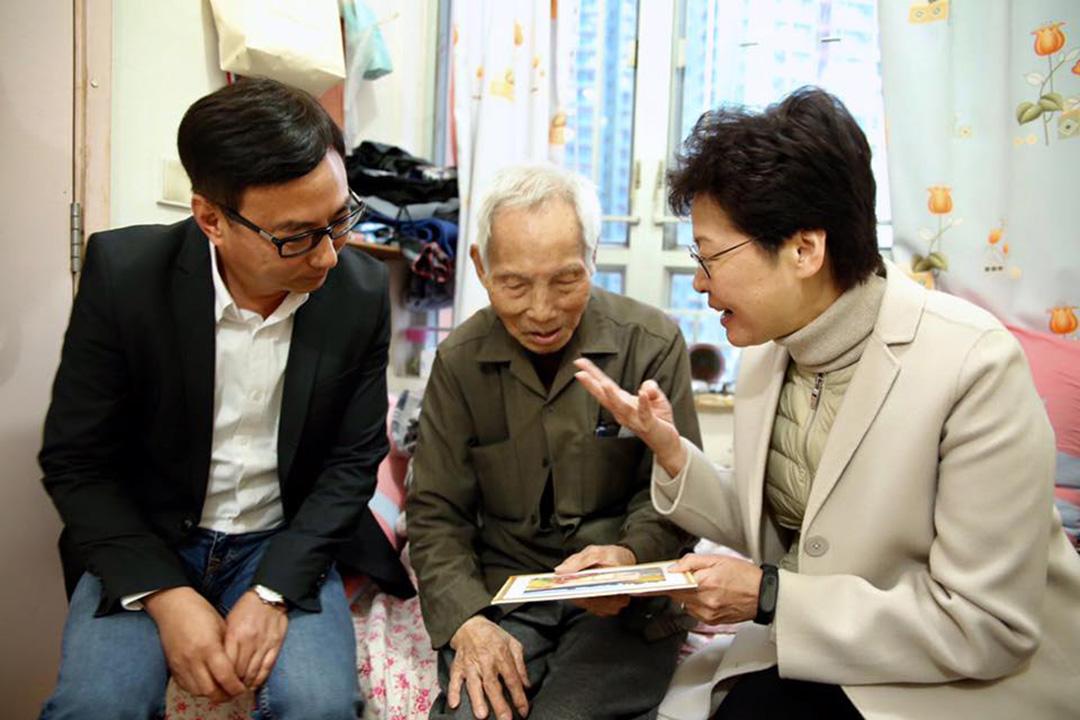 林鄭月娥在新思維主席狄志遠的陪同下,探訪一位名為「福伯」的長者。