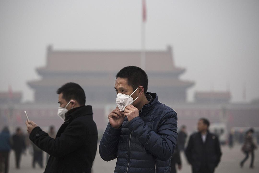 霧霾導致民眾必須隨時戴著口罩外出。