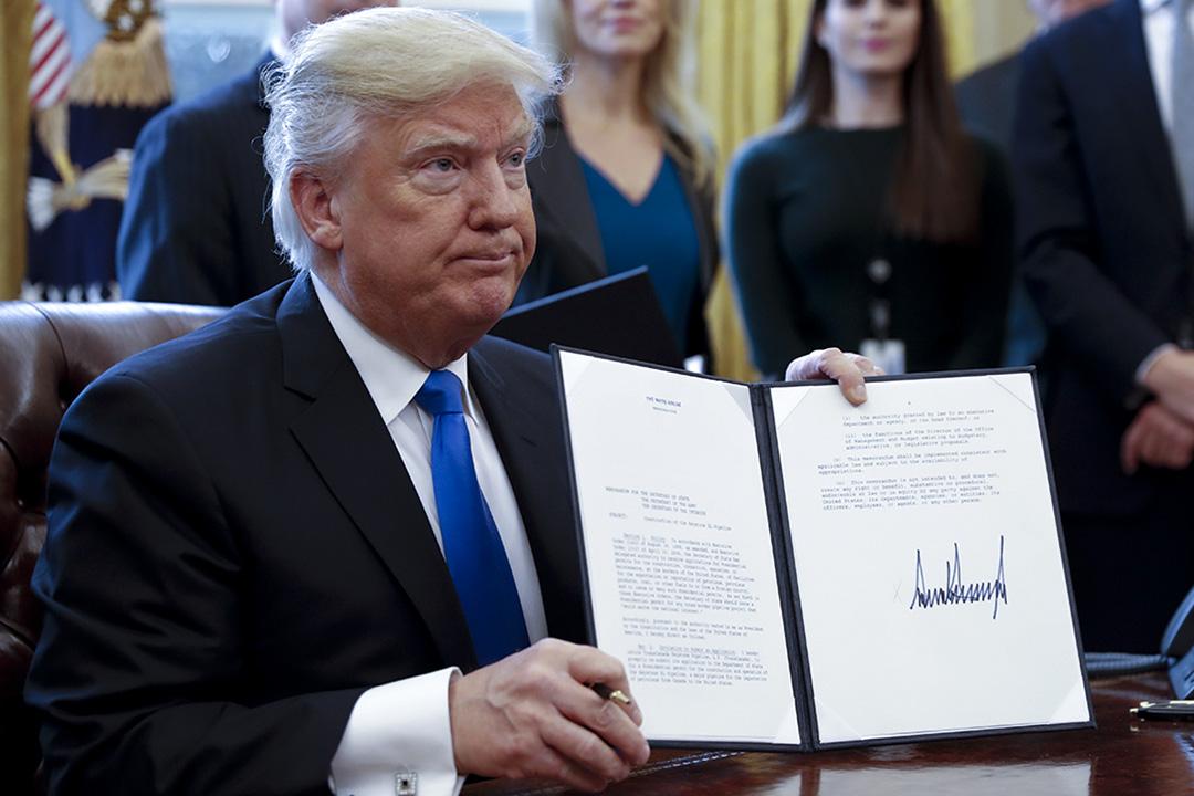 2017年1月24日,美國總統特普在白宮橢圓形辦公室簽署關於石油管道行業的五個行政命令。