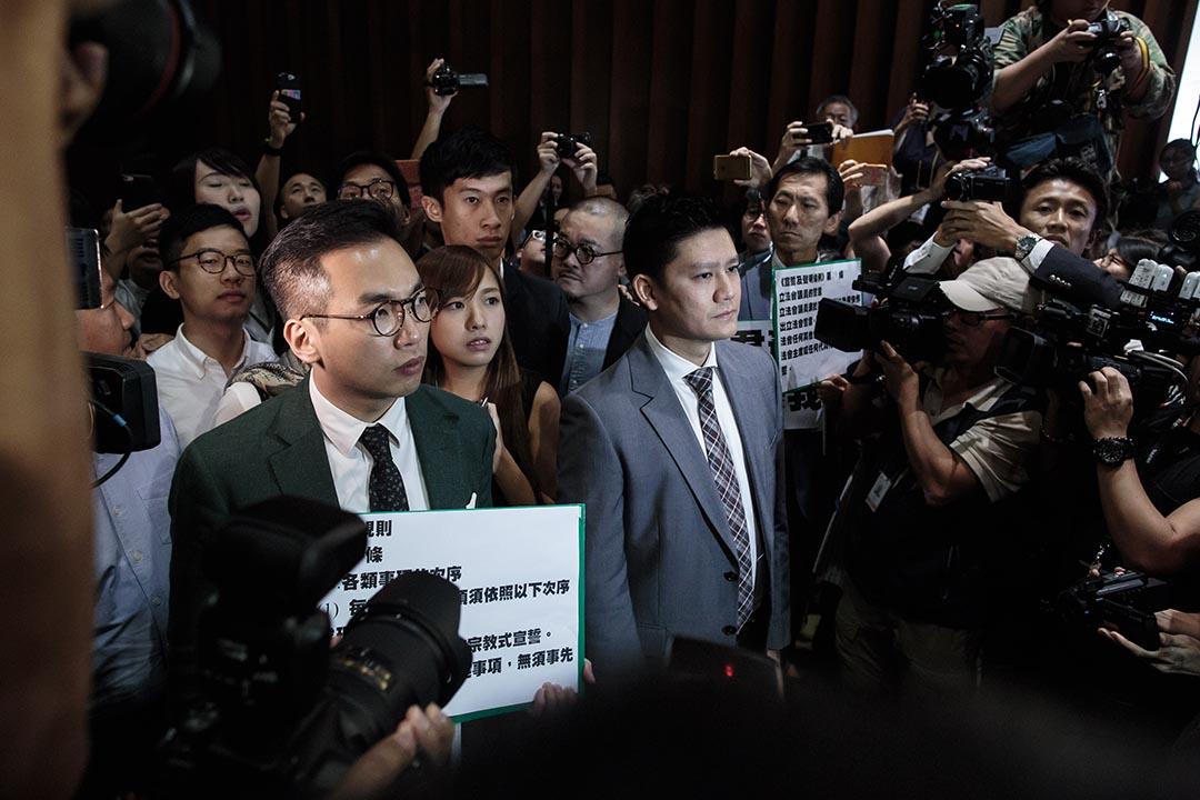 2016年10月26日,因立法會主席梁君彥禁止未完成宣誓的議員入場,泛民議員抗議並護送梁頌恆、游蕙禎二人入會議廳。
