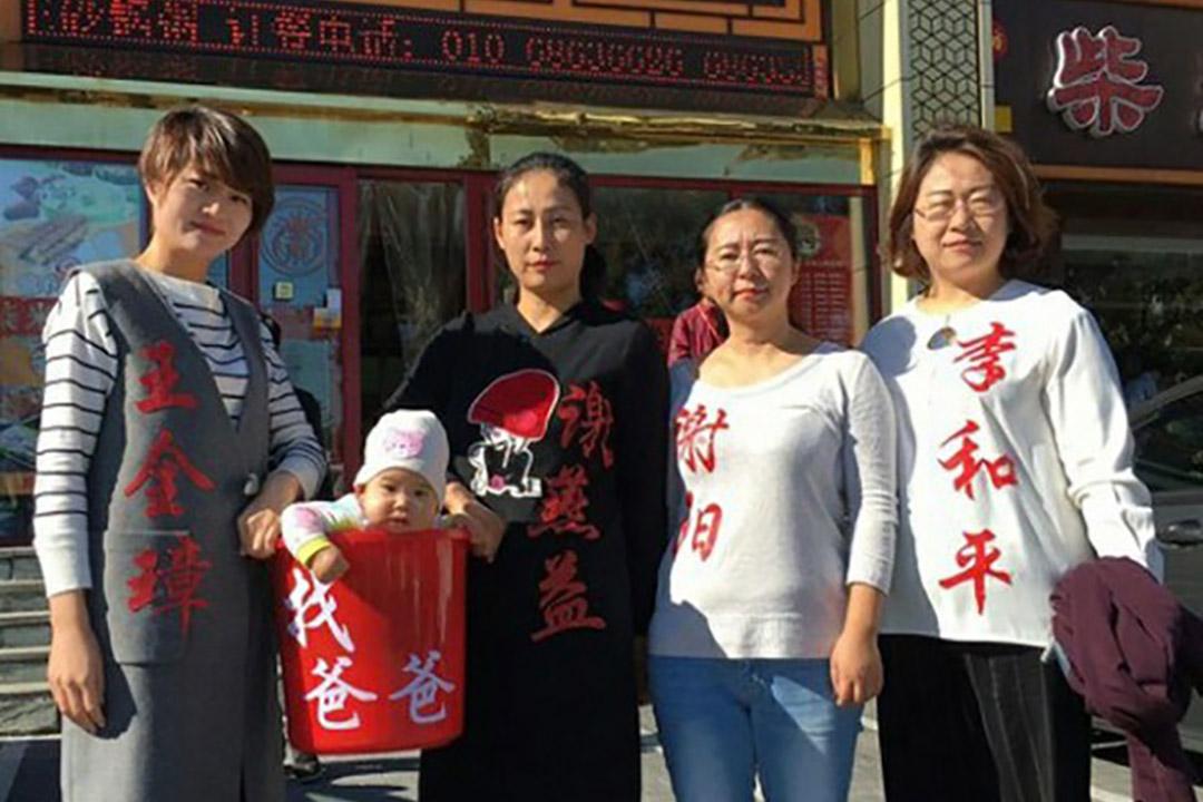 709律師被捕後,當局禁止會見律師、與家屬通聯,並為這些被捕律師委派官方律師。四位家屬到中國高檢提告各級司法部門違法。