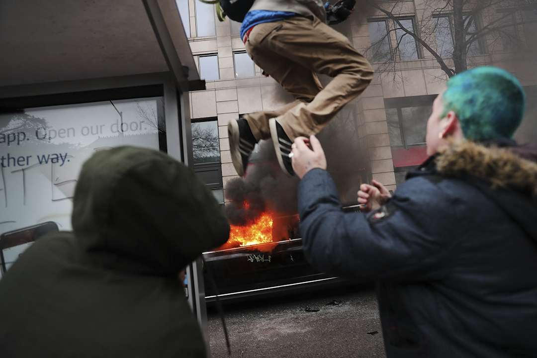 約500名黑衣示威者在就職禮前在華盛頓示威,部份示威者打破市內商店櫥窗。防暴警察發射胡椒噴霧和閃光彈驅趕。攝:Spencer Platt/Getty Images