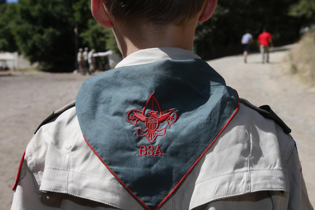 2015年7月,一名童軍在美國猶他州一個營地外聽指令,當年,美國童軍改變政策,開始允許同性戀者在組織中擔任領袖,此決定導致摩門教考慮中止與美國童軍長達一個世紀的合作關係。