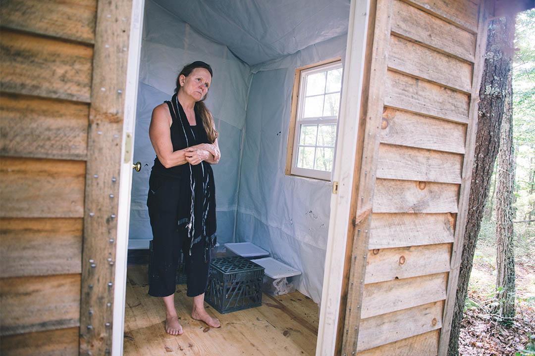 """這是 Jennifer的三個小木屋之一。她不停地尋找更""""安靜""""的地方。"""
