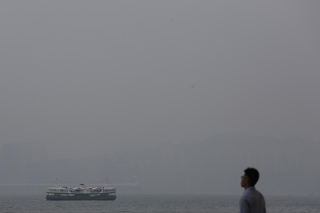 從中環公眾碼頭望向維港對岸,海岸線與建築物難見蹤影。
