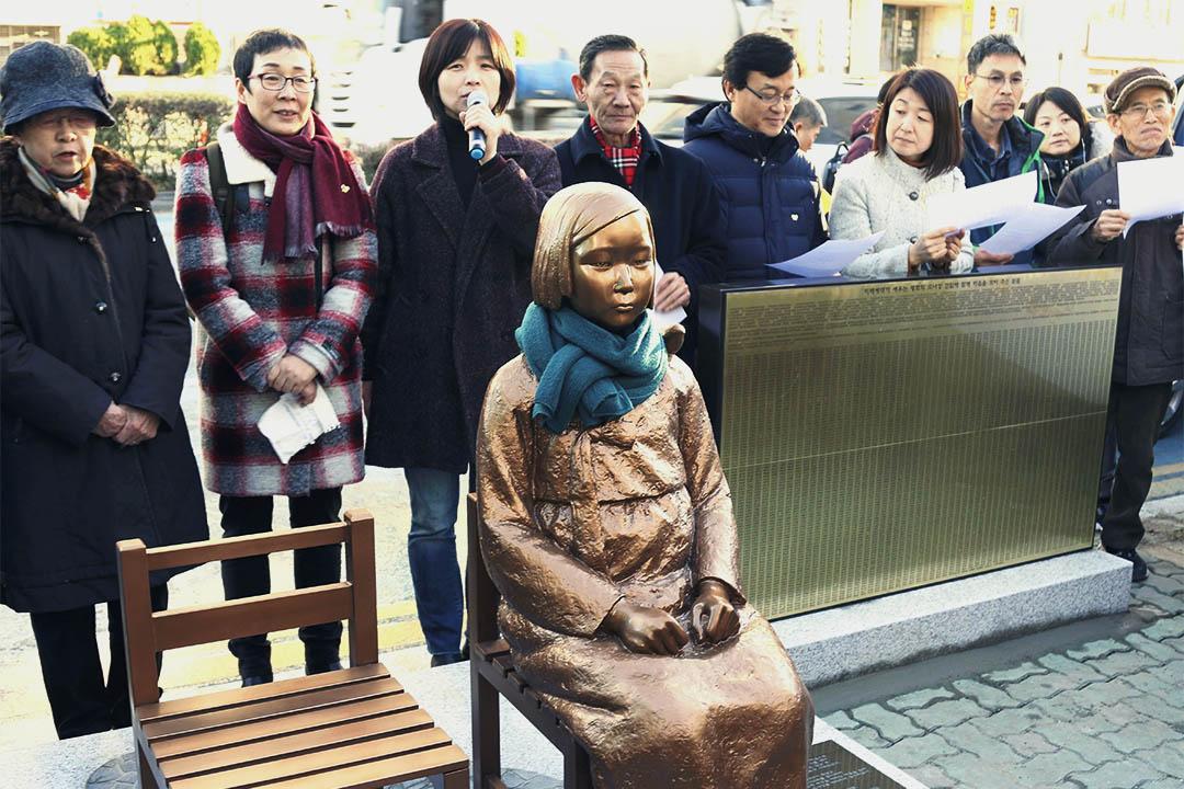 2016年12月30日,人們到釜山日本大使館前一個慰安婦銅像旁示威。