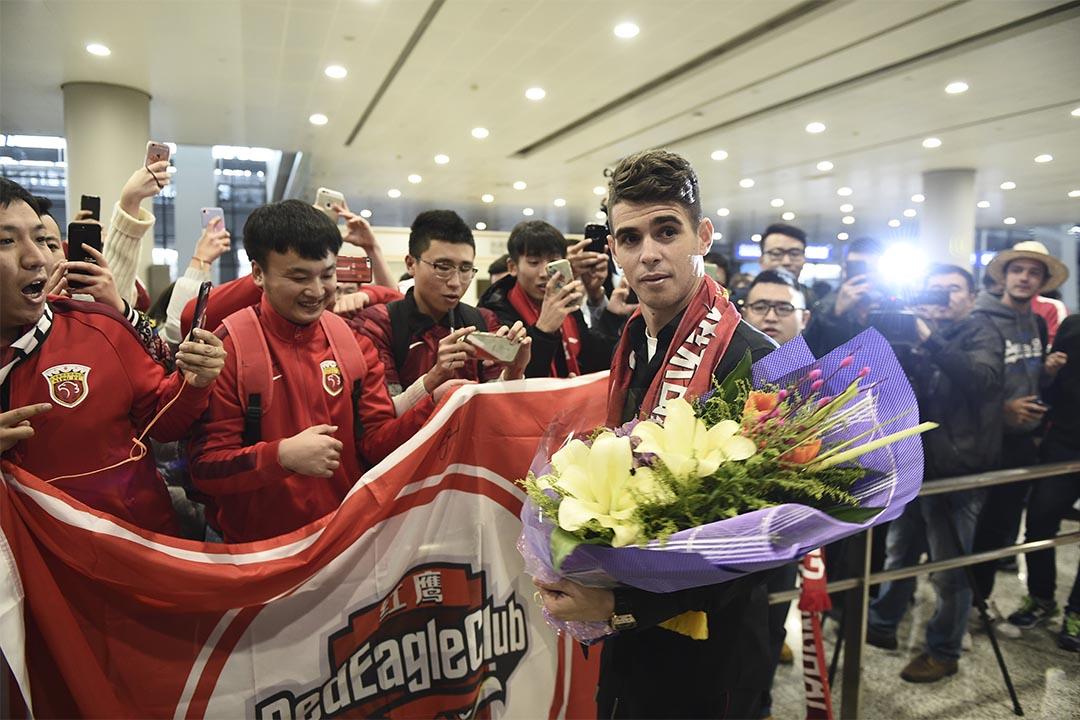 中國體育總局限制足球會高價引援。圖為2017年1月2日,上海,足球員奧斯卡抵滬,準備加盟中超球隊上海上港。