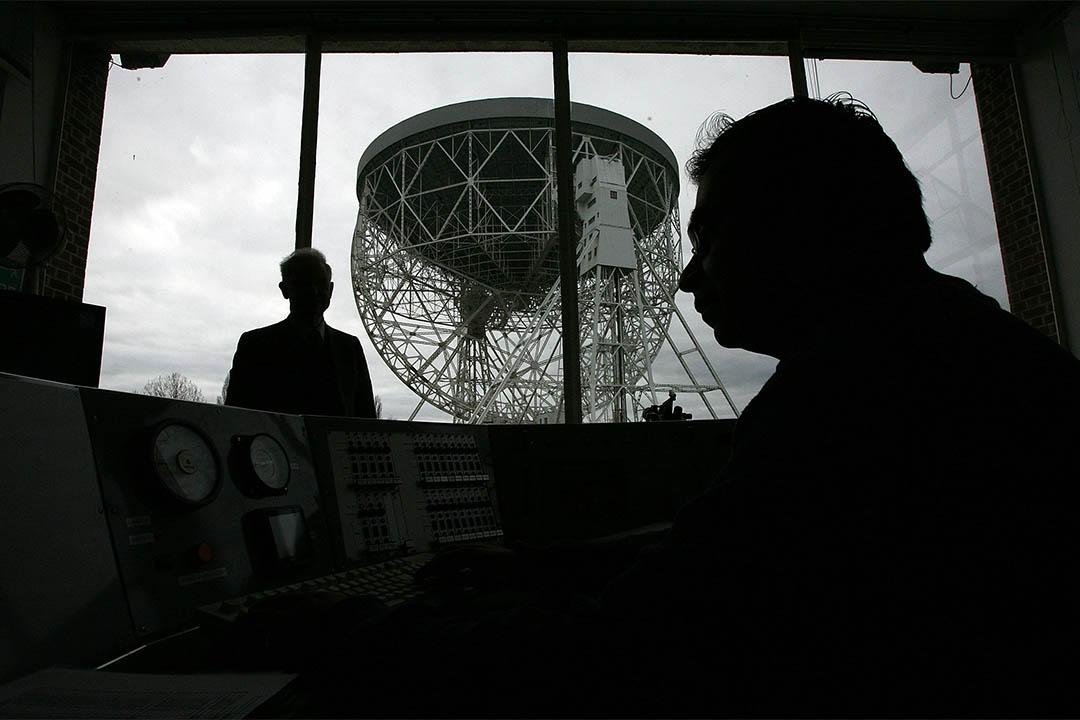 科學家首度發現來自距地球30億光年的神秘電波。圖為英格蘭一座電波望遠鏡的控制室。