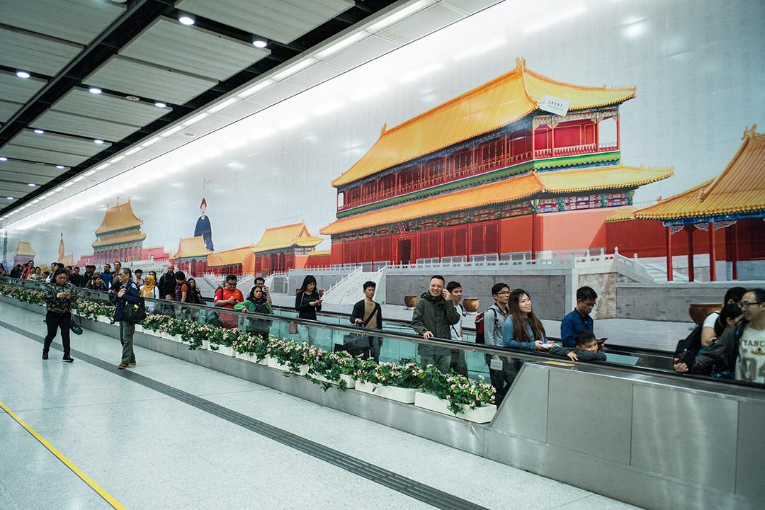 康樂及文化事務署耗資158萬元在港鐵香港站製作的巨型牆身廣告。
