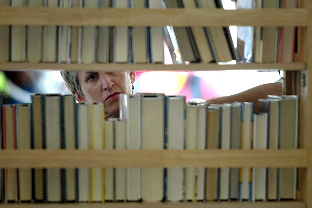 好好整理書架,捨棄不再需要的書本十分重要。