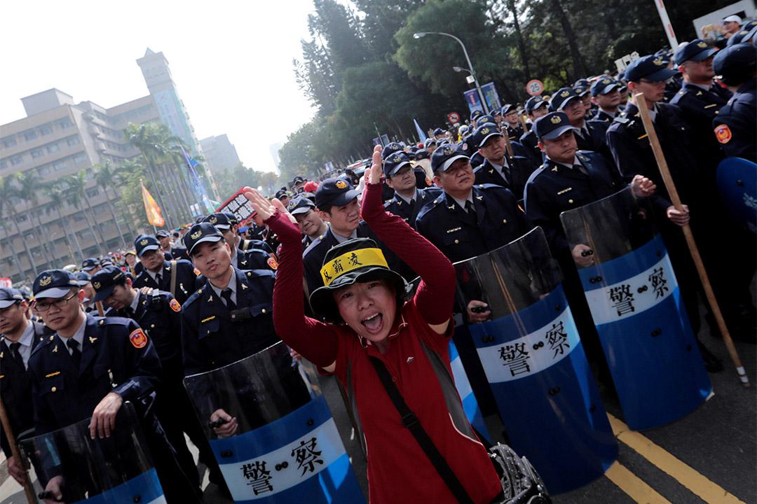 2017年1月7日,台中有示威者在警察面前高喊以反對年金改革。