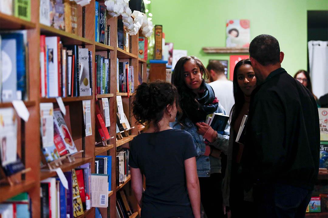 美國總統奧巴馬在一間書店買書給其女兒Malia和Sasha。