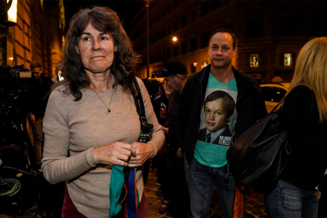受害者Peter Blenkiron (右) 的衣服上展示了他被虐待時的年龄,而Chrissie Foster (左) 的兩個女兒被一個天主教神父性虐待。