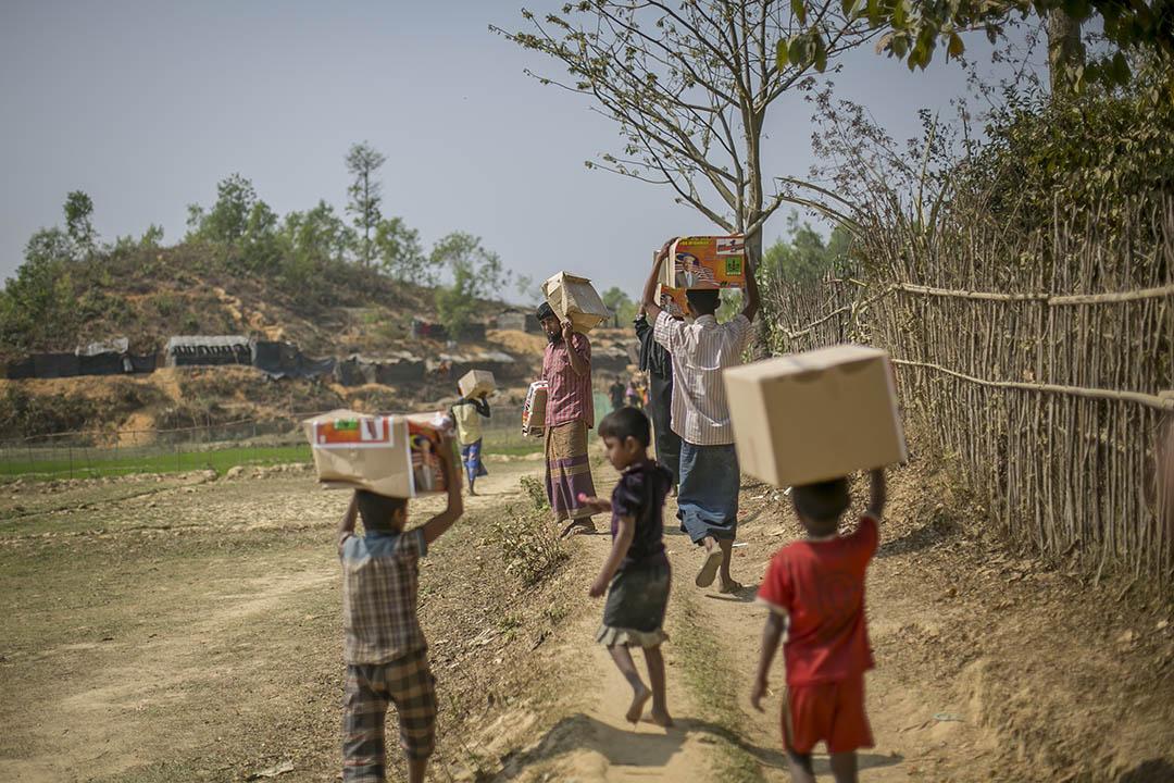 2017年2月15日,孟加拉吉大港,逃離緬甸迫害而逃難到孟加拉的羅興亞人手執,由援助船(Nautical Aliya) 所運載的救濟物品。該航隻載有2,200噸米和應急物資停泊於吉大港口,距離羅興亞人於孟加拉棲身之地科克斯巴扎爾約140公里。