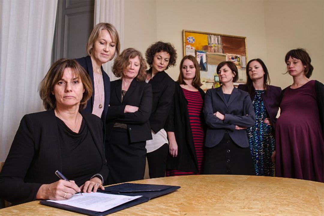 瑞典副首相洛文 (Isabella Lovin) 簽署文件時,身旁有7位女官員見證,以模仿美國總統特朗普1月23日於白宮簽署行政命令時男官員在旁的情形。