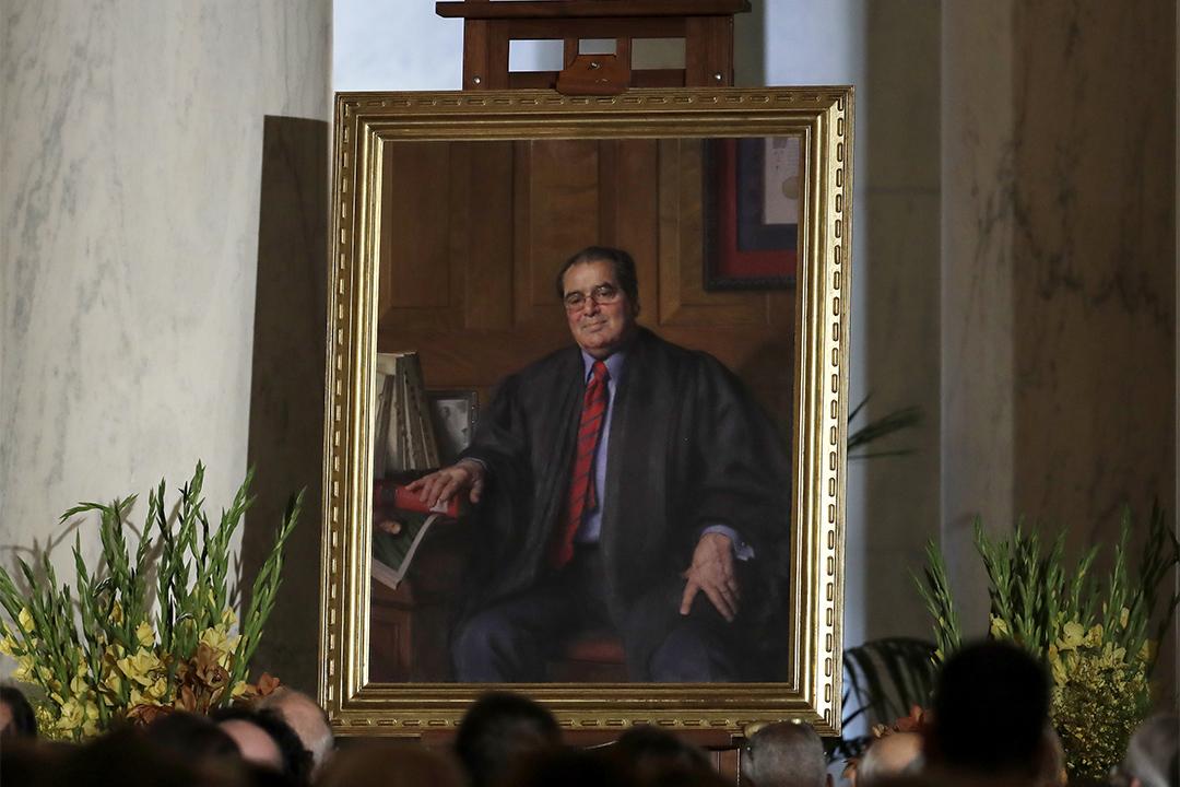 特朗普曾承諾當選後會提名一個「斯卡利亞那樣的人」。圖為2016年11月4日,紀念斯卡利亞的畫像放在最高法院的大廳。