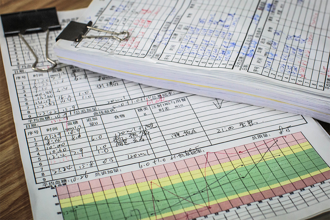 護理日記上的資料包括準確的注射時間、血糖值、胰島素劑量、食物描述,必須每日多次記錄。