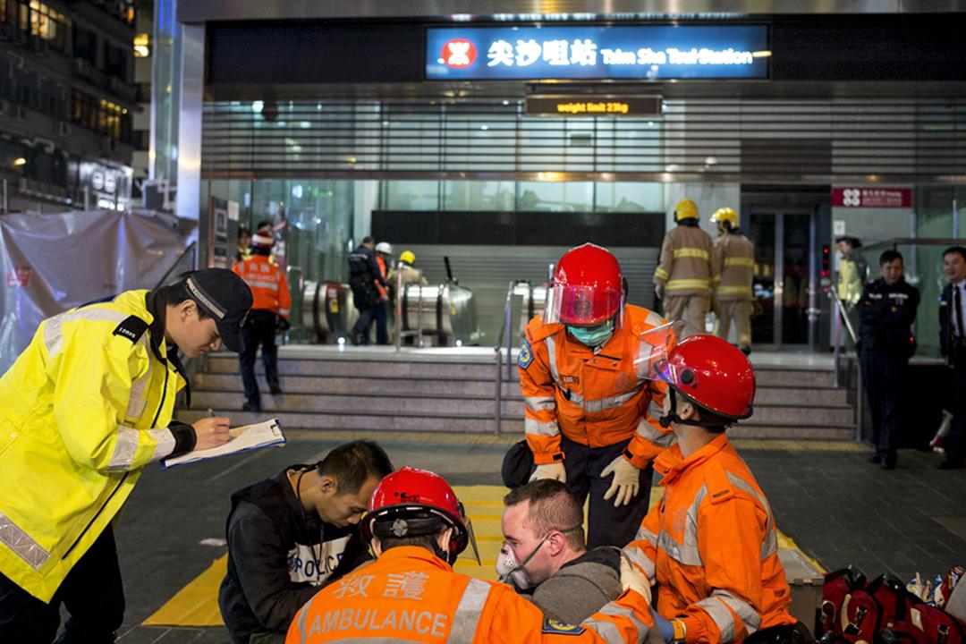 救護員在尖沙咀港鐵站外協助傷者。