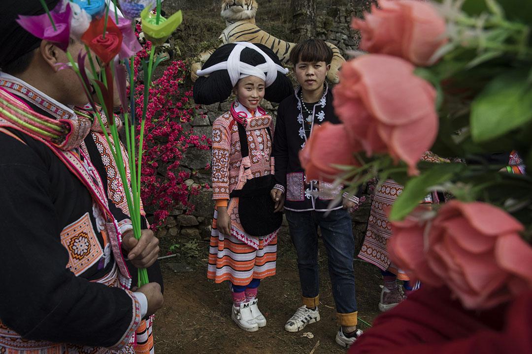 2017年2月6日,中國貴州龍江村攏嘎 ,一對屬於少數民族苗族支系的長角苗族的年輕夫婦 於新春期間,於照相處合照。由於越來越多長角苗族中的年輕一代前往城市工作,令長角苗族其古老的傳統,語言和文化正在褪色。當地政府為了振興該地方的經濟,已投入大量資金用於當地基礎設施和旅遊業。