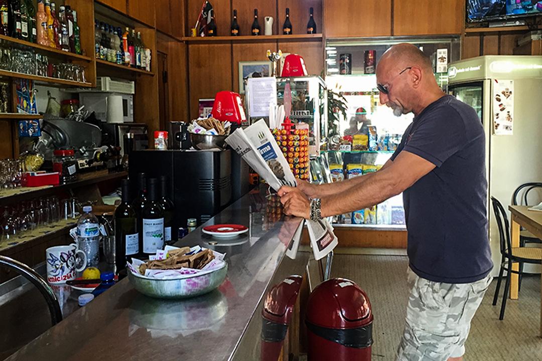 街角咖啡吧呈現出老齡化、多族群化和邊緣化的趨勢。