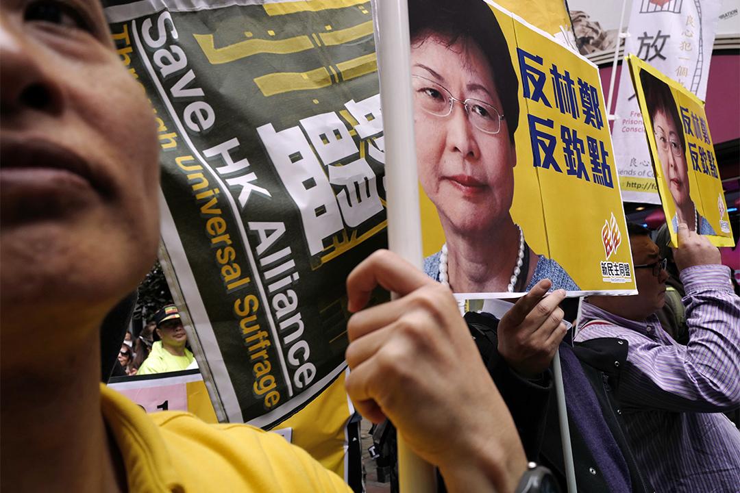 林鄭月娥直到今天在政改問題上寸步不讓。圖為2017年2月5日,有市民於遊行上舉寫有「反林鄭反欽點重」的標語牌。