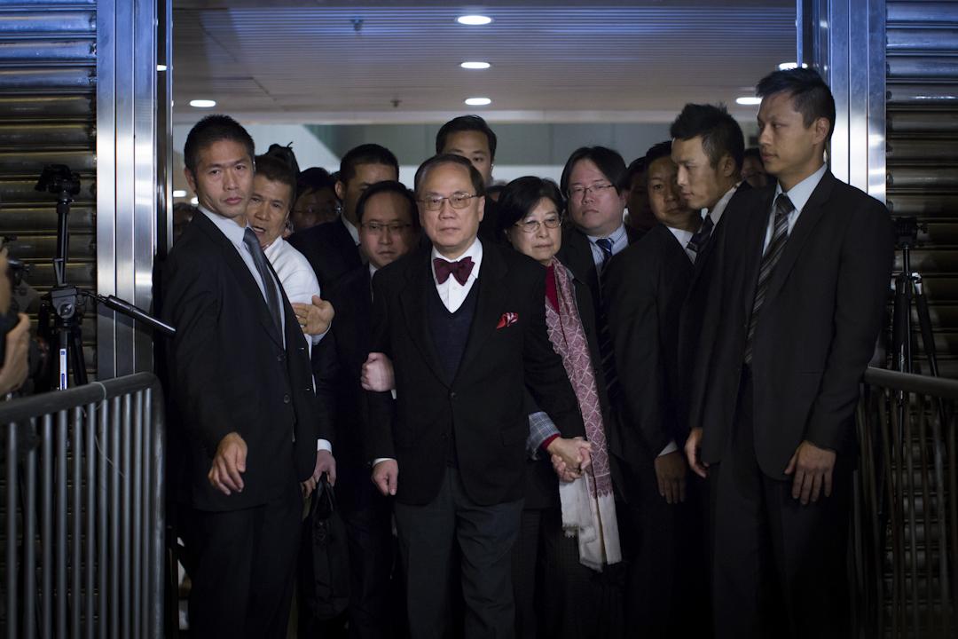 2017年2月17日,曾蔭權獲悉裁決後,在太太和兒子等扶持下離開法院。