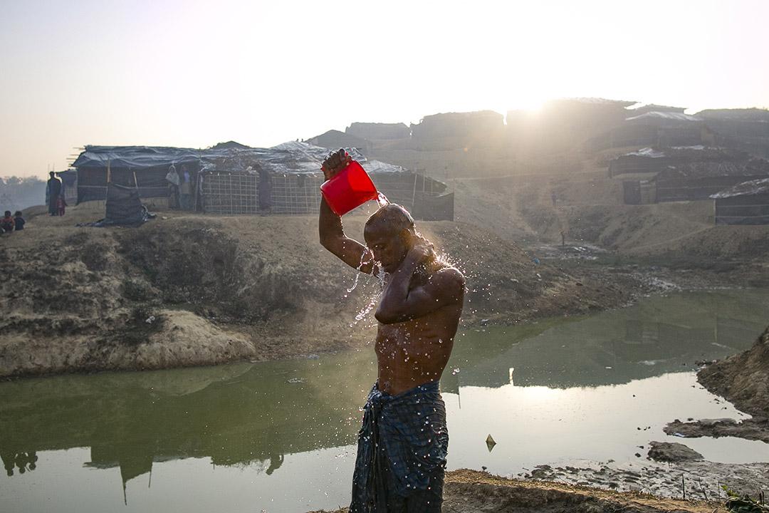2017年2月8日,孟加拉科克斯巴扎爾,信奉伊斯蘭教的少數民族羅興亞人(Rohingya)Mohamad Hossain在難民營中洗澡。Mohamad Hossain在其兩位兄弟被緬甸政府軍襲擊和綁架後,逃到孟加拉。聯合國估計,自去年10月以來,約有69 000名羅興亞人從緬甸逃到孟加拉。
