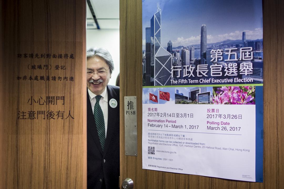 特首參選人曾俊華於今早10時半到選舉事務處提交提名。