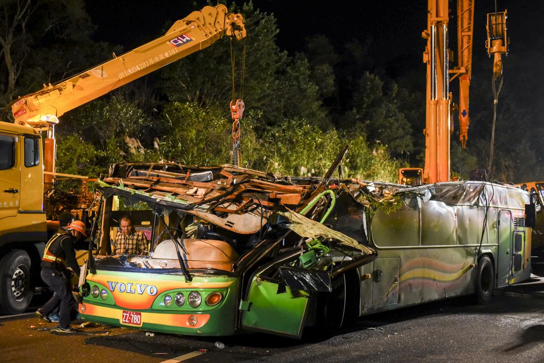 2017年2月13日晚上,一輛載有45人的遊覽車在台北市南港附近翻落邊坡。