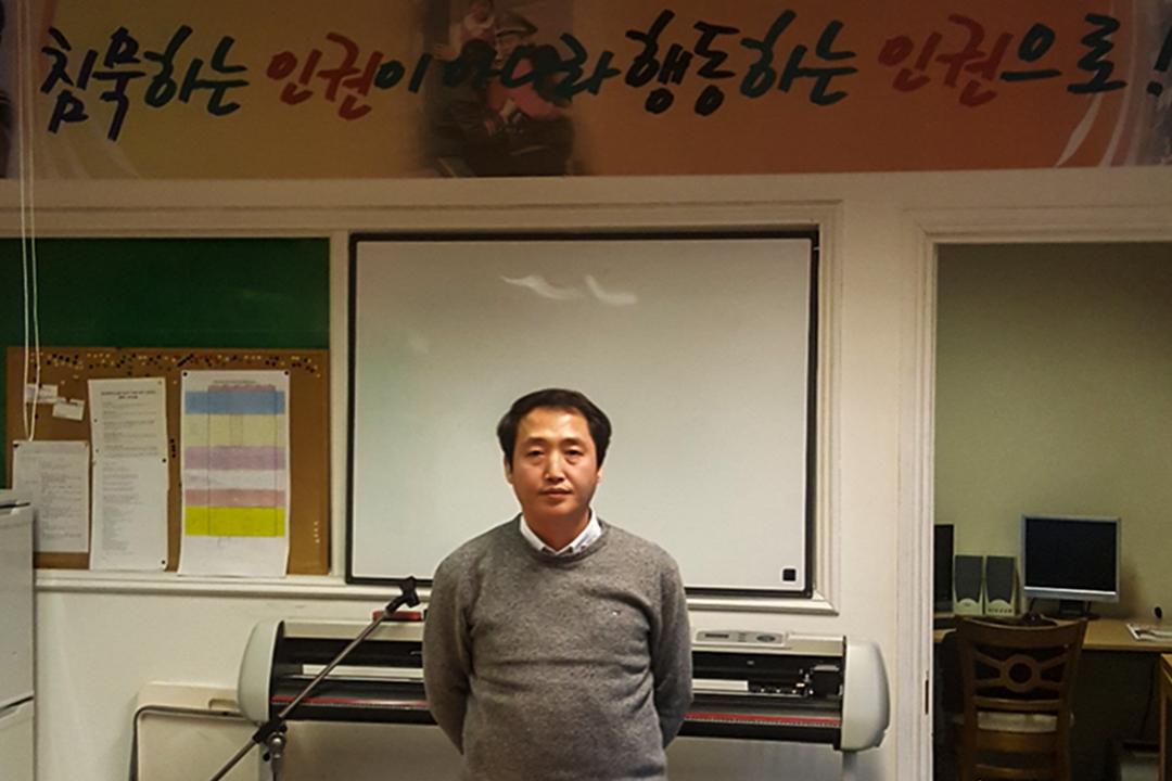 脱北者金周日(Kim Joo Il),是倫敦唯一一家面向北韓人的報社「Free NK」的創始人。
